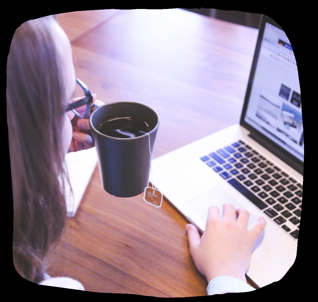 Kobieta przegląda stronę internetową